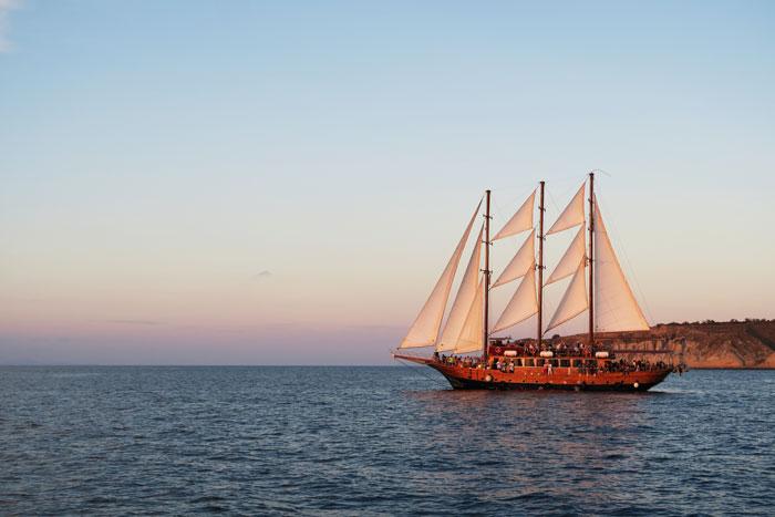 26.-sailing-santorini